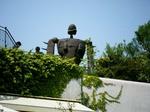 ジブリ美術館・バス停側を見下ろす守り神・巨人兵.jpg